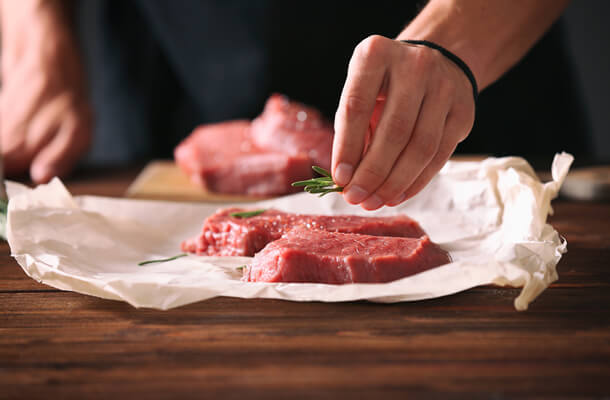 豚の赤身肉を調理